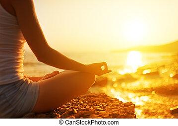 woman elmélkedik, tengerpart, jóga, kéz, póz