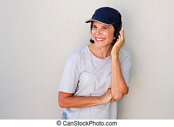 woman mosolyog, fejhallgató, idősebb, boldog