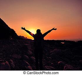woman természetjárás, tengerpart, fegyver, éljenzés, nyílik, napkelte