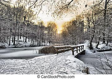 wooden bridzs, hó, alatt